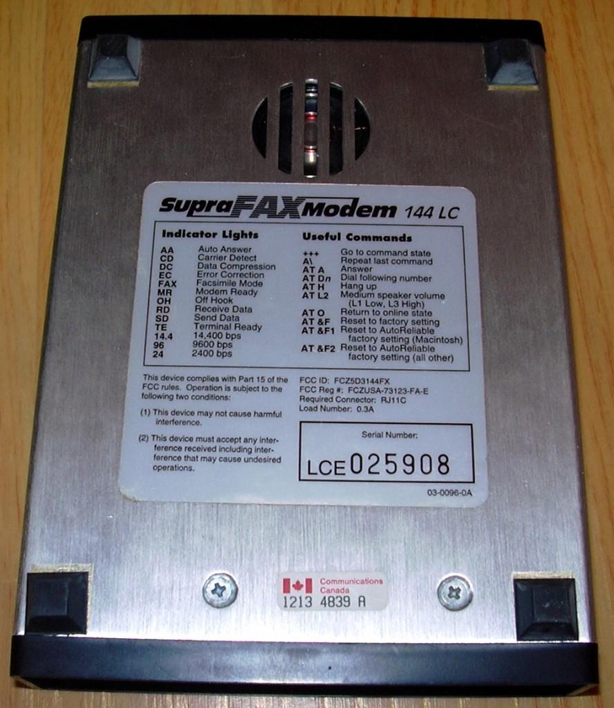 02 Supra Fax Modem 144 LC의 바닥면 사진